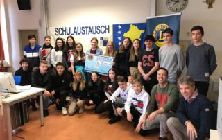 Austauschschüler des FLG in Gemünden mit Jürgen Endres (FLG) und Präsident Lions Club Mittelmain Karlstadt Dr. M. Maisch